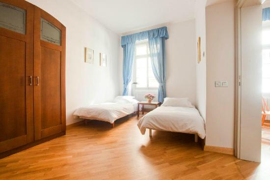 Residence Thunovska 19 : Large rooms with extra beds when needed.