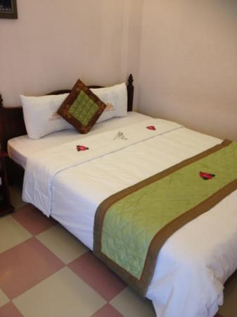 Nhi Nhi Hotel: bed on arrival
