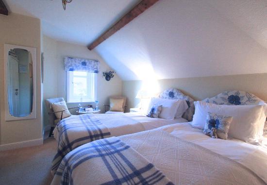 Aln House: Room 7 Second Floor twin-bedded room en suite with Shower