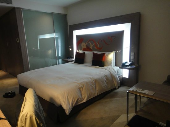 Hotel Novotel Taipei Taoyuan International Airport: Well appointed room