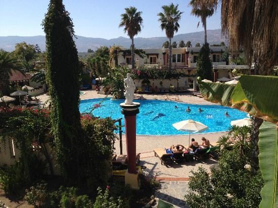 Apollon Hotel: la piscina vista dalla camera