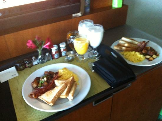 Westin Tampa Bay: breakfast, room service