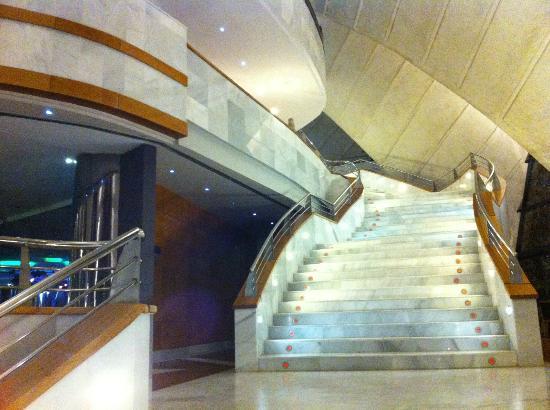 H10 Playa Meloneras Palace: escalera planta principal, para restaurante gaudi