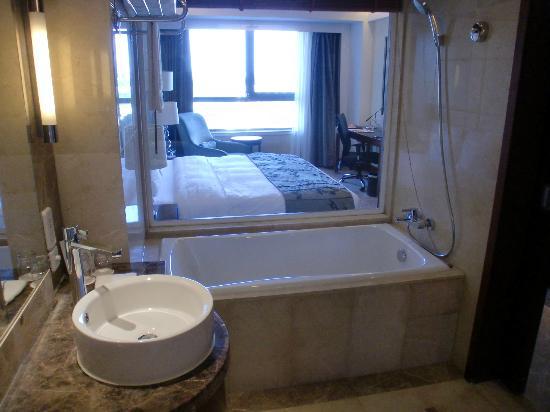 โรงแรมคราวน์ พลาซ่า อินเตอร์เนชั่นแนล แอร์พอร์ท ปักกิ่ง: バスにはいったままガラスごしにテレビが見れる