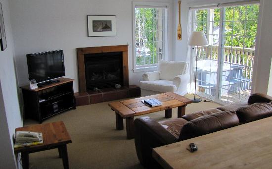 Water's Edge Shoreside Suites: Wohnzimmer