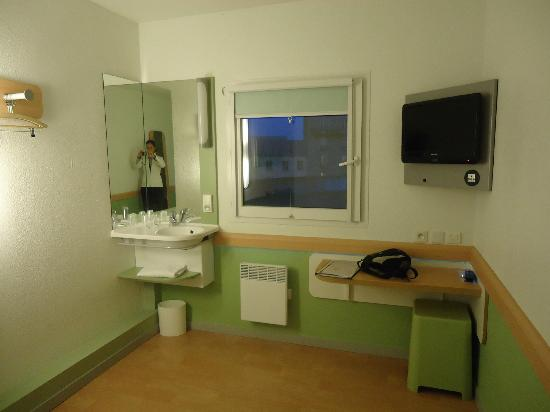 Dormitorio picture of ibis budget paris porte de - Ibis budget hotel paris porte de montmartre ...