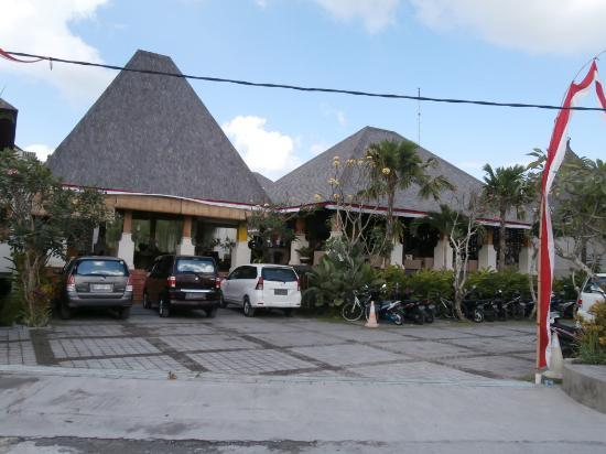 Villa Kayu Raja: Entrance from Jalan Lebak Sari