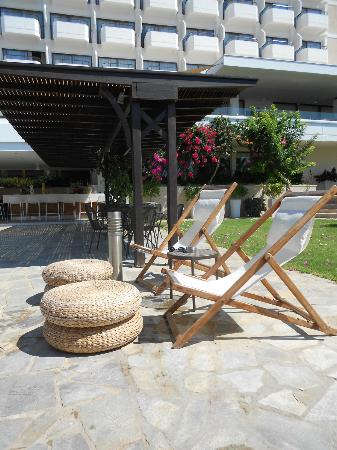 Alion Beach Hotel : Deckchairs by the pool