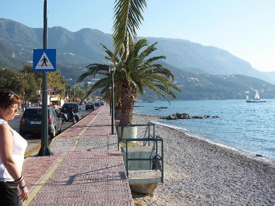 Ipsos, Yunani: route longeant la plage
