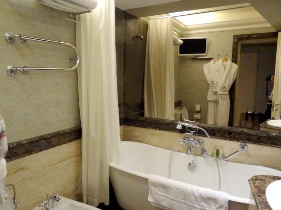 Ramada Hotel and Suites Vilnius: Junior Suite room bathroom
