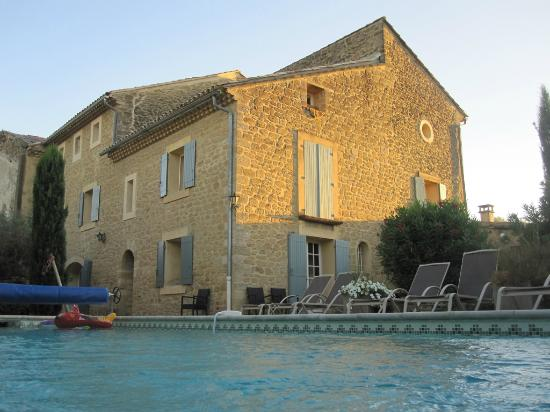 Le Moulin Vieux: piscine et façade arrière