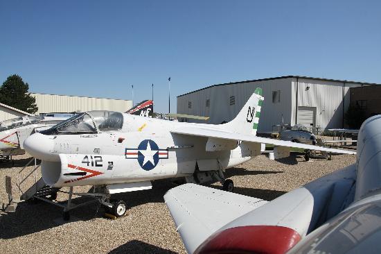 Prairie Aviation Museum: des échelles permettent de voir les cockpits