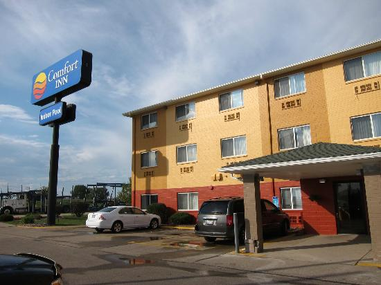 Quality Inn: Newly-repainted exterior