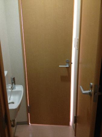 Juyoh Hotel: doors to toilets