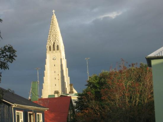 Hotel Odinsve: Hallgrimskirkja from our hotel window