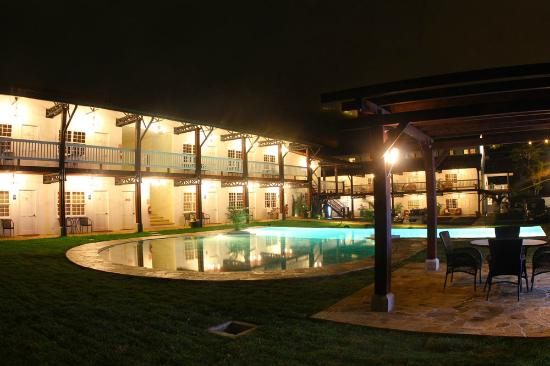 Hotel Luisiana: pool in the night