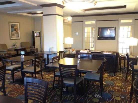 Holiday Inn Express & Suites Fort Myers- The Forum: lobby