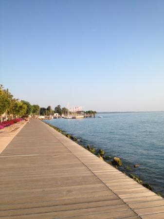 Hotel du Lac et Bellevue: Promenade vom Ortskern Richtung Hotel