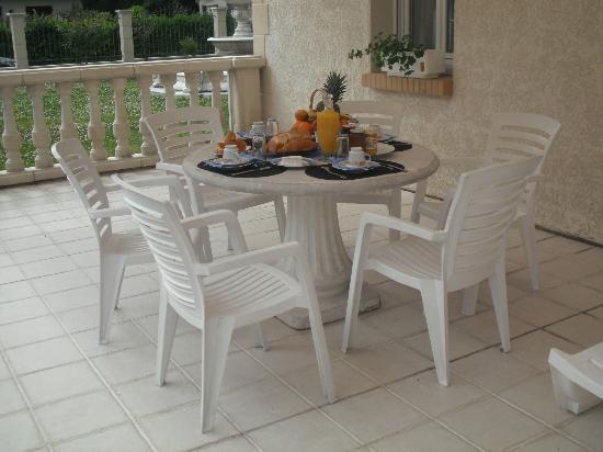 Les Chambres du Lac : Petit-déjeuner sur la terrasse