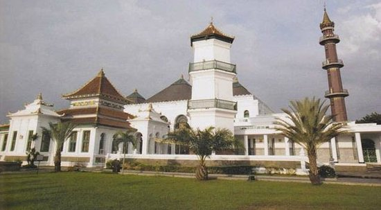 Palembang, Indonesien: The old mosque with the new mosque behind