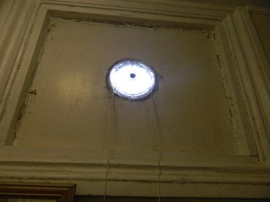 The Blair Victoria Hotel: non working dirty fan-bathroom