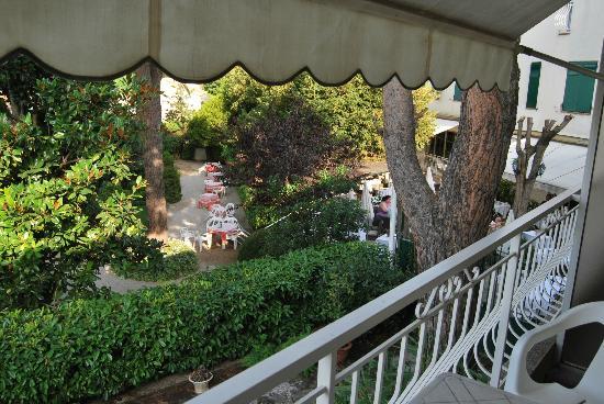 Hotel Auberge Du Redier: vue sur la terrasse ombragée