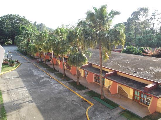 Hotel Los Helechos: Vue des chambres du bas de notre chambre 212 au 16 avril 2012.