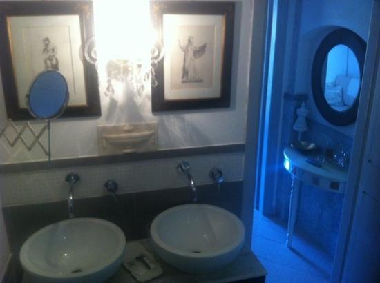 La Torretta: the bathroom of junior design suite 