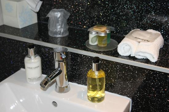 Oak House: The Bartons Room Bathroom amenieties