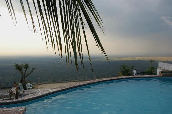 Kingfisher Lodge Kichwamba : swimming pool, overviewing the savana