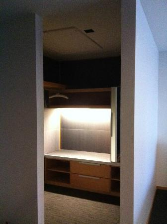 Hotel Le Germain Maple Leaf Square : Walk-in wardrobe in the Luxury room
