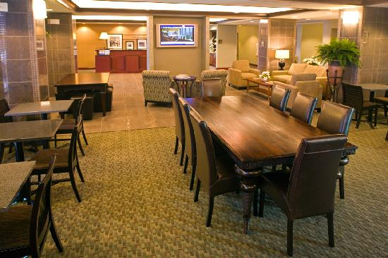 Hampton Inn Warsaw: Breakfast Seating Area