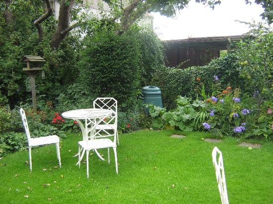 Bramwood Guest House: A peaceful garden