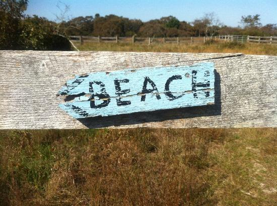 Menemsha Inn and Cottages: sign to the beach