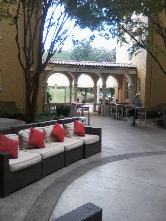 Artmore Hotel: Lounge area within/outside hotel