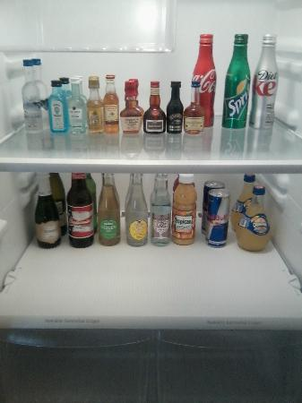 Artmore Hotel: Mini bar in fridge with soda, liquor, water