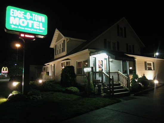 Edge-O-Town Motel : Streetside look