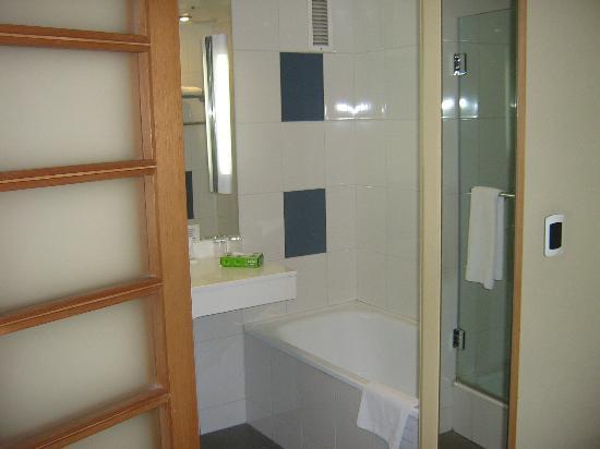 Novotel Santiago Vitacura: Banheiro com banheira.