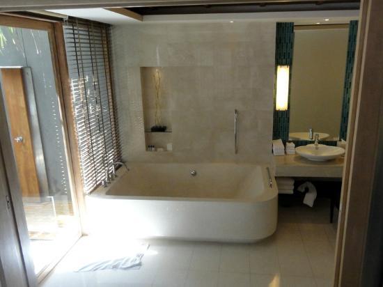 Renaissance Phuket Resort & Spa: big bath tub