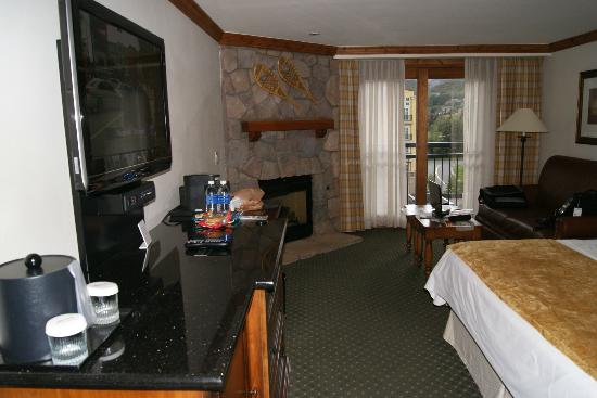 Vail Marriott Mountain Resort: Gas fireplace in corner room