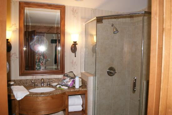 Marriott Vail Mountain Resort & Spa: Modern bath with glass shower