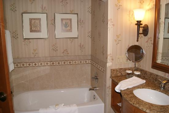 Vail Marriott Mountain Resort: Tub on other side of bathrrom from shower - double sinks