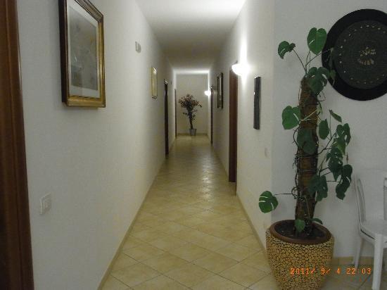 Residence Villa Candida: Der Flur zu den Zimmern