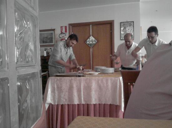Hotel Verdi: Una delle tante squisitezze dell'Hotel: lo stinco affettato dalle sapienti mani di Roberto