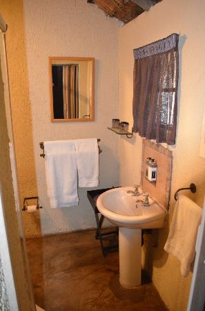 Umkumbe Safari Lodge: Our bathroom
