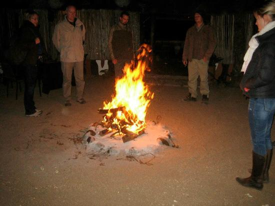Umkumbe Safari Lodge: The nightly camp fire in the middle of the dinner tables