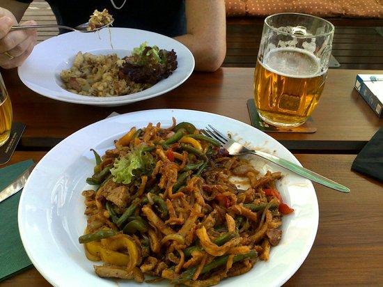 """Restaurant & Guest House U Salzmannu: Porc à la manière """"Bartolomej"""", servi avec légumes. Goût très lrelevé au paprika, pour ceux qui"""