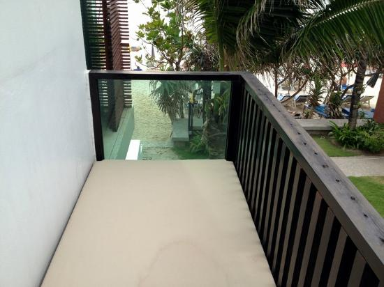 La Flora Resort Patong: balcony with a daybed