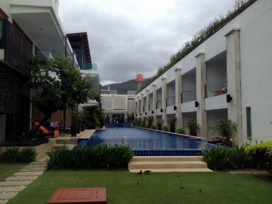 La Flora Resort Patong: the same pool, from the beach side