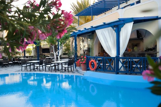 Hermes Hotel: Breakfast and dining by the pool